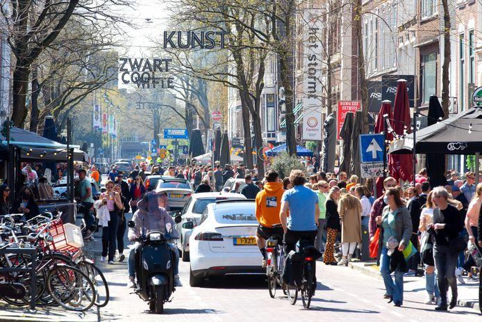 Drukte tijdens Koningsdag in de Witte de Withstraat.