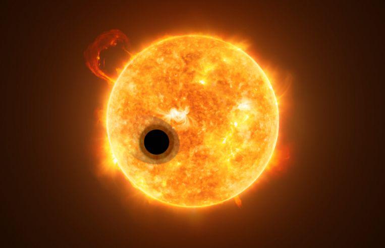 Computertekening van exoplaneet WASP-107b voor z'n moederster, waarbij sterlicht door de buitenste lagen van z'n atmosfeer lekt. Beeld ESA/Hubble, NASA, M. Kornmesser