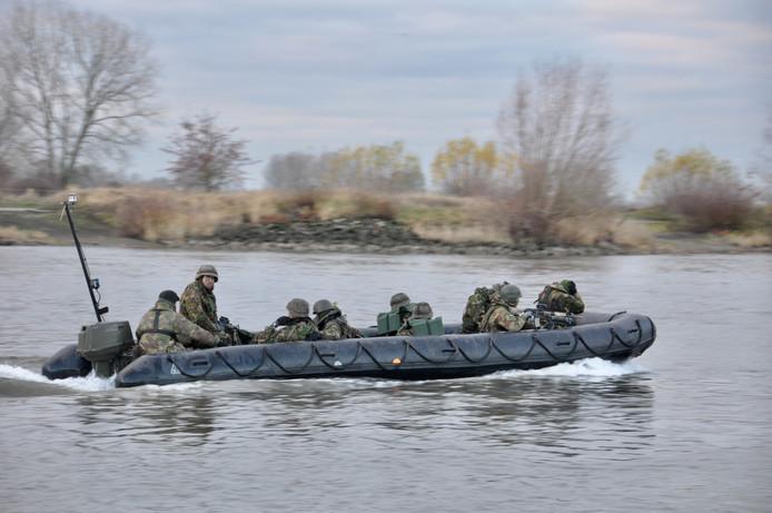 Militairen oefenen op de IJssel bij Olst en Welsum.