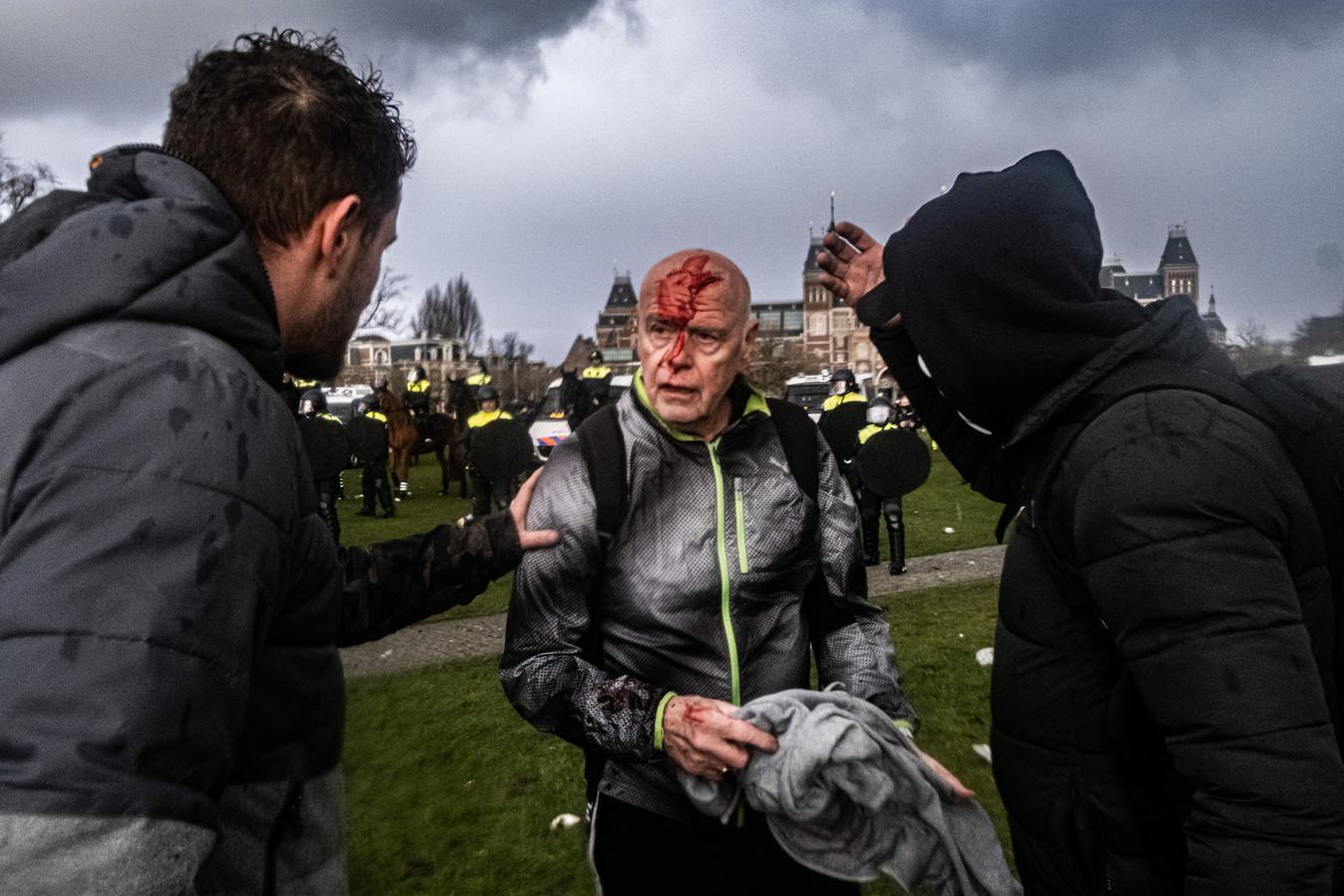 Een actievoerder die gewond raakte op het Museumplein in Amsterdam waar zondag 17 januari ondanks de afgelaste demonstratie actievoerders protesteerden tegen het overheidsbeleid rond het coronavirus. Mensen worden ruimschoots gewaarschuwd voordat de ME geweld gebruikt, vertelt Gerben van der Meer, compagniecommandant van de ME van politie Oost-Brabant en niet betrokken bij de acties in Amsterdam, over de gebruikelijke werkwijze.