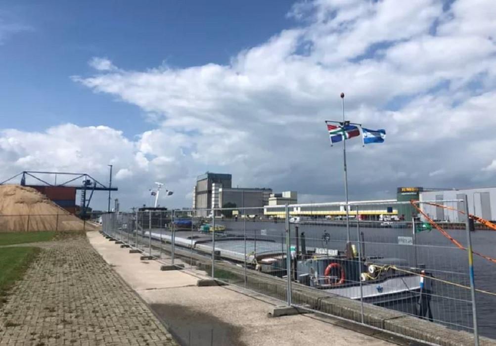De Sempre Spera vol giftige lading ligt - achter hekken - aan de kade van de haven in Veghel. Op de achtergrond Agrifirm en het distributiecentrum van Jumbo