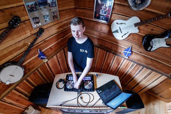 Angus Pietersen (16) produceert muziek onder de naam Dj-Ap. 'Een soort Ziggo Dome zou ik wel hier in Moerdijk willen'