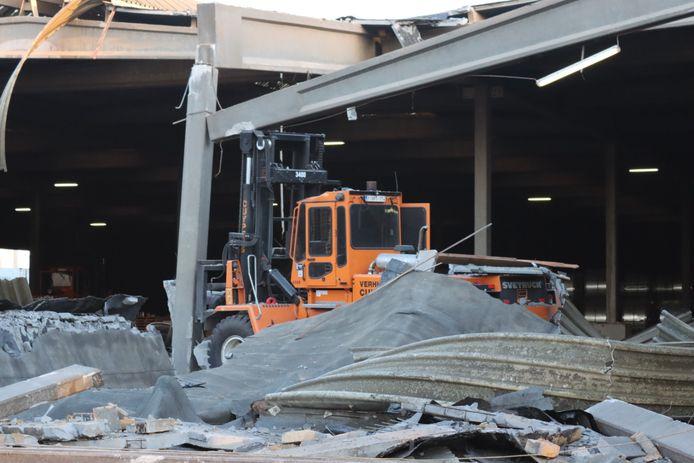 De heftruck raakte een van de pilaren van de loods met de instorting tot gevolg.