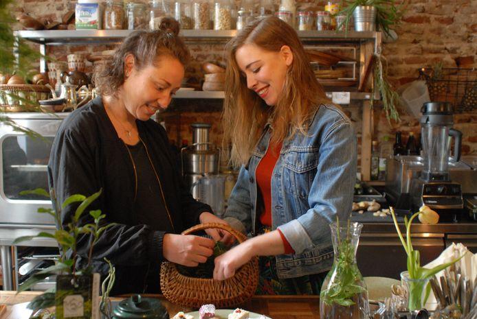 Bregje Geurtsen en Larisa Versluis, de eigenaren van Oerwoud, een stadstuinwinkel annex healthcafé