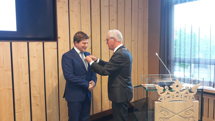 Davy Jansen ontvangt de onderscheiding uit handen van burgemeester Maas van Bladel.