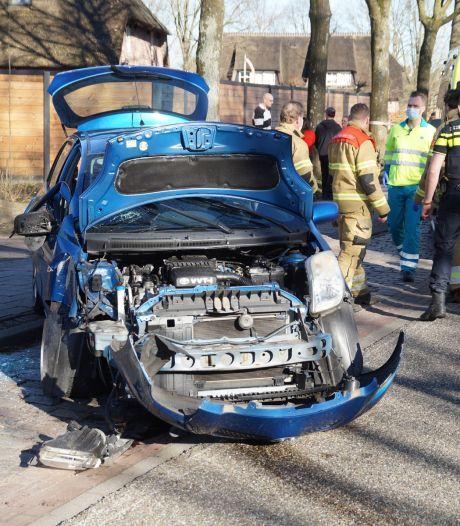 Vrouw en kind gewond door klap met auto op lantaarnpaal in Vlijmen