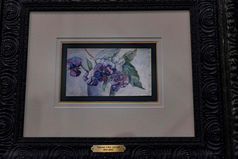 Voor het eerste werk, een aquarel van bloemen, werd 220.000 euro betaald. Beeld AFP