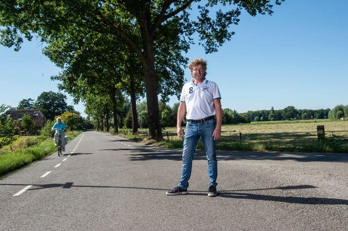 Voorzitter Erik Neuteboom van Klarenbeeks Belang bij de Elsbosweg. Niet ver van het perceel waar het nieuwe vrijliggende fietspad afbuigt en niet meer pal langs de Elsbosweg loopt.