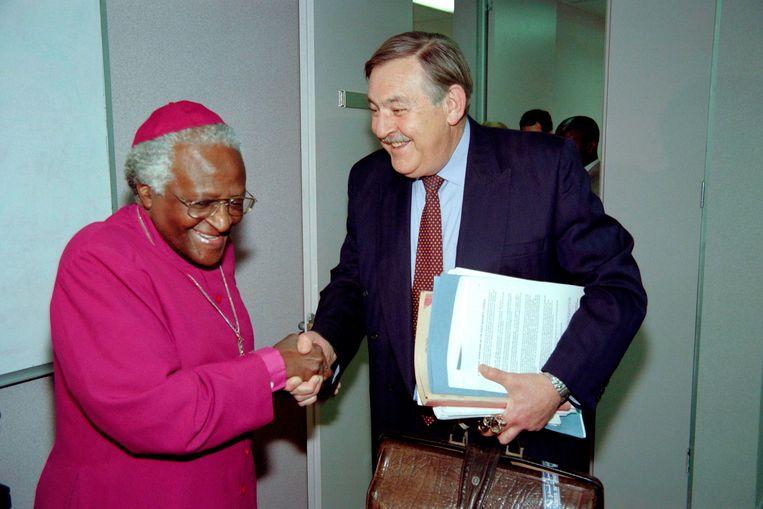 Roelof 'Pik' Botha en aartsbisschop Desmond Tutu bij diens aankomst voor de Waarheidscommissie in Johannesburg in 1997.  Beeld AFP