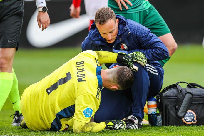 Feyenoord-doelman Justin Bijlow raakt in de slotfase van het duel met FC Utrecht geblesseerd.