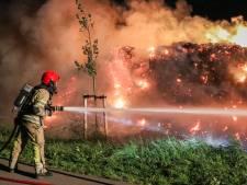 Brandweer heeft handen vol aan brandende strobalen in Espel