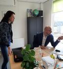Richard Ruiter en Nicole van der Coelen bekijken op de computer de geplande reizen voor deze zomer.