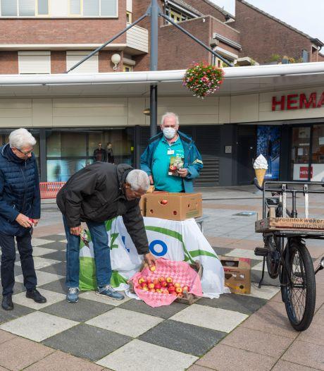 ZLTO deelt gratis appels uit in Veldhoven en Oirschot: 'Ik kan niet bijten met mijn tanden'