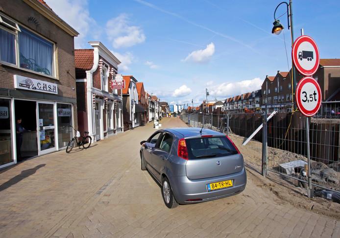 Donderdag 16.15 uur: de eerste auto rijdt weer door de Noordhaven in Zevenbergen.