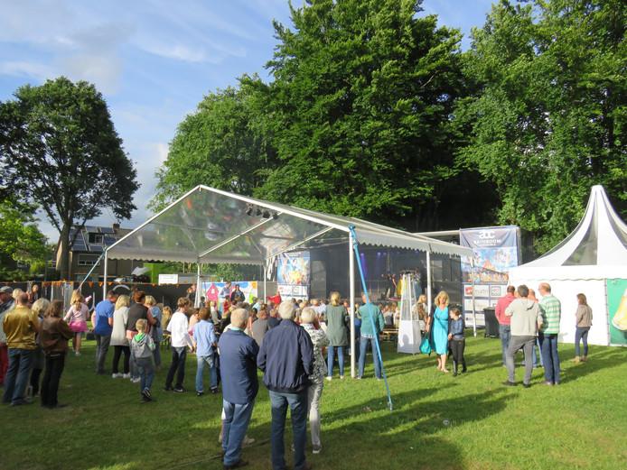 Honderden mensen komen naar Het Wansink in Epse voor de jaarlijkse zomerfeesten.