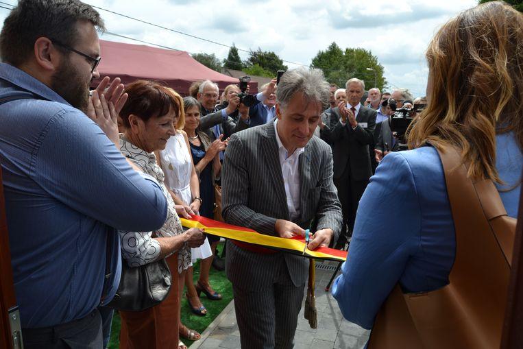 Burgemeester Rudi Beeken knipt het lintje door.