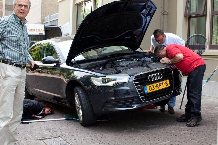 Jacht op een fret in de motor van de dienst-Audi van Henk Kamp. Beeld Hollandse Hoogte