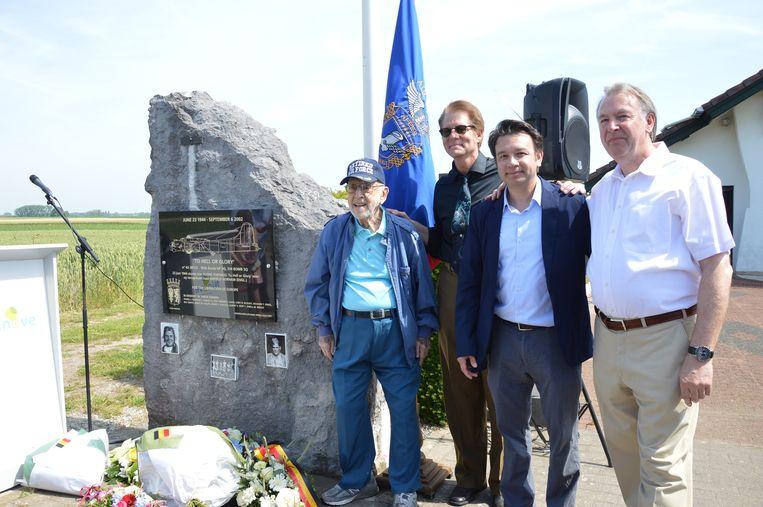 Henry Schultz, het enige nog levende bemanningslid, Rick Mangan, neef van de verongelukte piloot, Curtis Steinback, kleinzoon van bemanningslid Ray Smith, en Dirk Vijverman van het WOII-verzetsmuseum De Patrijs '44 in Haaltert aan het monument in Outer.