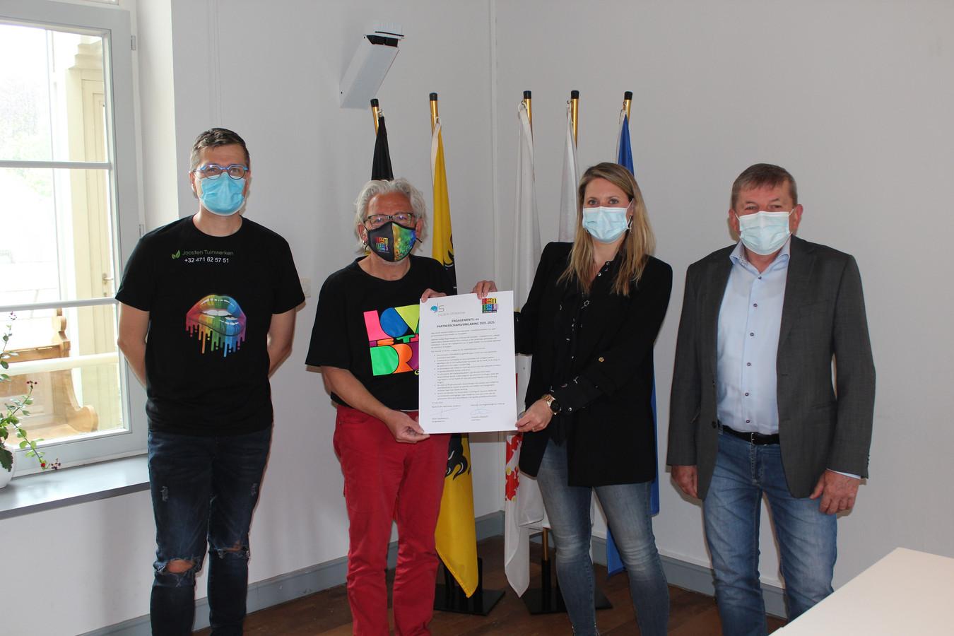Dennie Scheepers van Kiss of Colour en Leopold Lindelauff, voorzitter Regenbooghuis Limburg gingen op de foto met burgemeester Sofie Vandeweerd en schepen Mathieu Schurgers.
