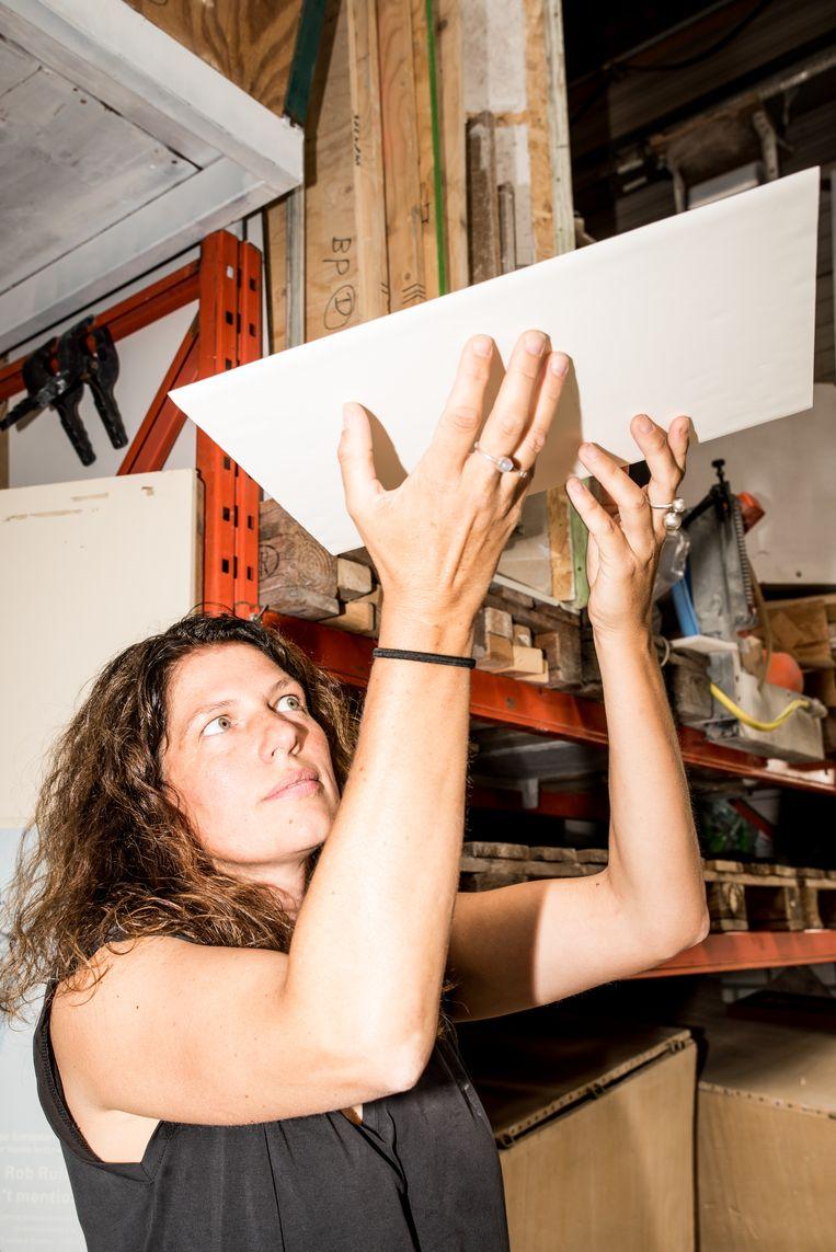 Kunstenaar Esther Kokmeijer is in haar atelier in Elshout bezig om in porseleinen platen de Grondwet te gieten, voor de tijdelijke huisvesting van de Eerste Kamer.  Beeld Jan Mulders
