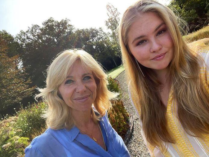 Een selfie van prinses Amalia en Claudia de Breij, die een boek over en met de troonopvolgster schrijft.