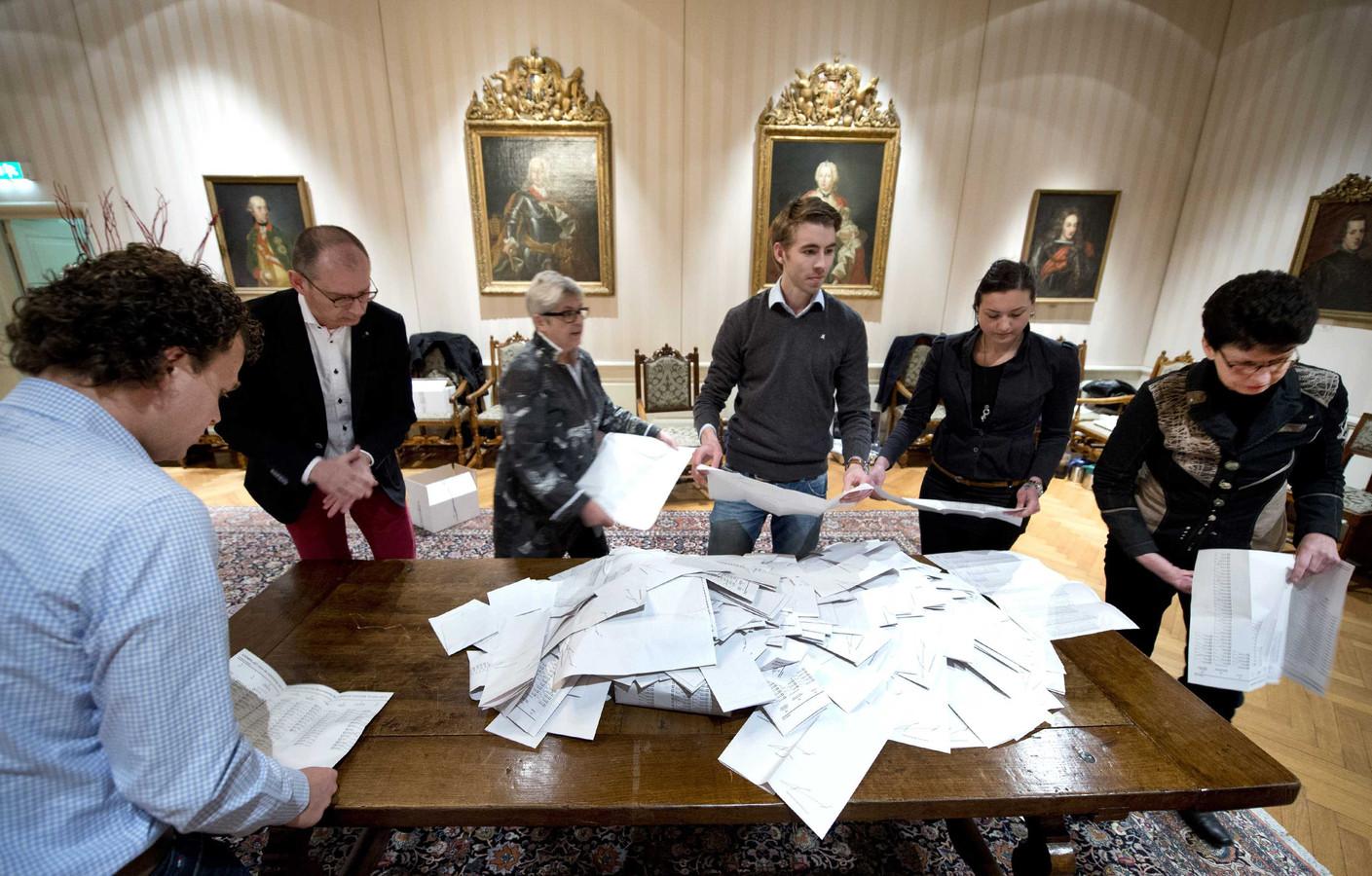 In het stadhuis van Roermond worden de stemmen geteld na de gemeenteraadsverkiezingen.