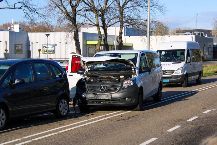 Aan de Burgemeester van Reenensingel in Gouda zijn vanochtend drie voertuigen op elkaar geknald. Een daarvan was een busje met kinderen erin.