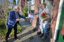 Ingrid Scherphof ontving in november de Vrijwilligersprijs van de gemeente Hengelo uit handen van juryvoorzitter Frank Kerckhaert.