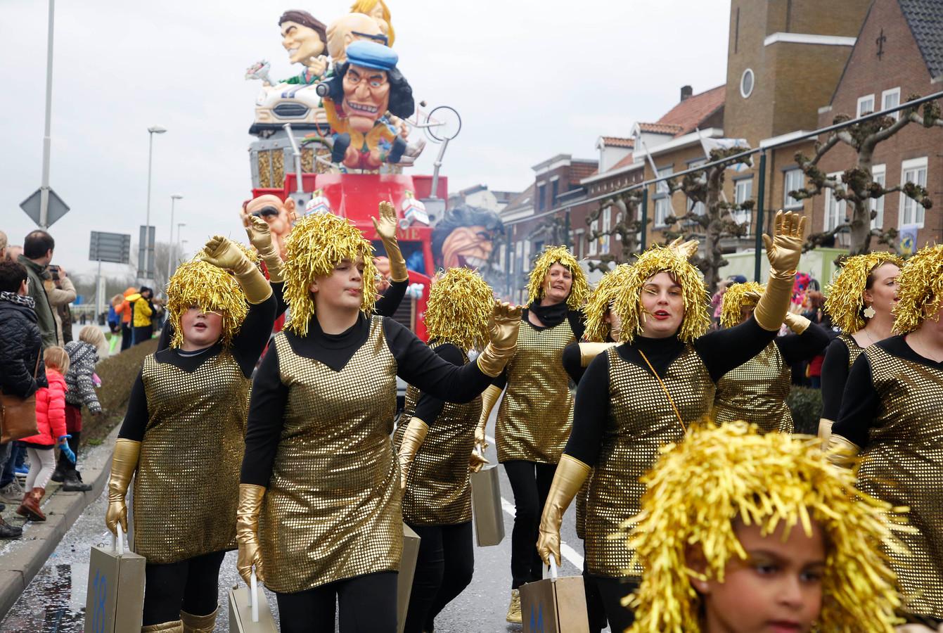Carnavalstoptocht door Sas van Gent in 2019. Vorig jaar werd die afgelast vanwege te harde wind, dit jaar komt er een digitale optocht via Betekoppen FM. Op de archieffoto de gouden dames van de Sasse Postcodeloterij.