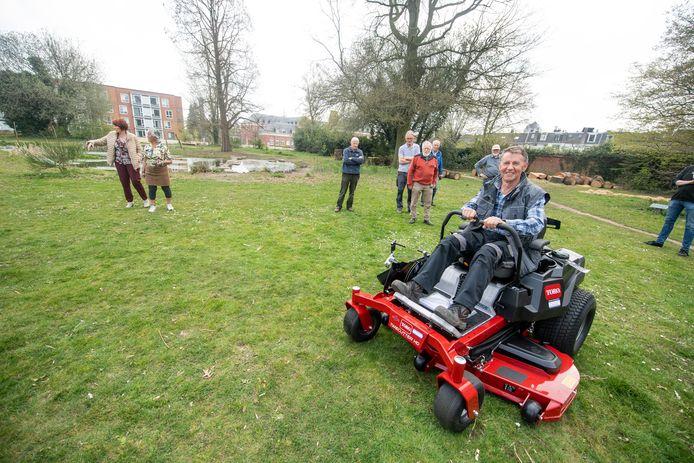 Voorzitter Piet Entius van de parkwerkgroep van de Stichting Natuurhus op de nieuwe maaimachine. Het onderhoud van Doepark De Hagen is gegarandeerd.