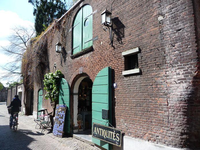 Antiekzaak La Folie in de Uilenburg in Den Bosch. Op de eerste verdieping vestigt zich Brouwerij Boegbeeld.