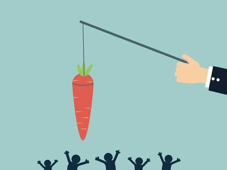 Wat werkt beter om mensen aan het werk te krijgen: straffen of belonen?