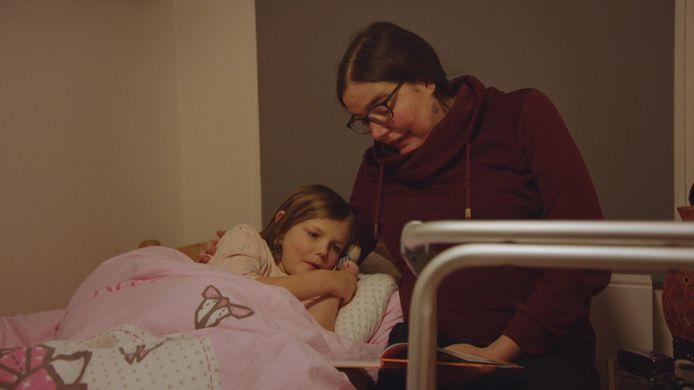 De ongeneeslijk zieke Lien met haar dochtertje Jasmijn.