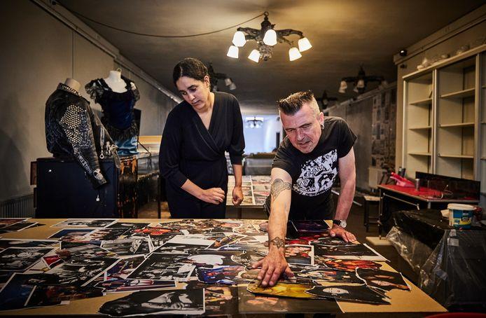 Simone da Silva van Dig It Up en curator Leo Minderhoud werken in de voormalige alternatieve winkel Black Widow hard door om de Baroeg-expositie komende zondag feestelijk te kunnen openen.