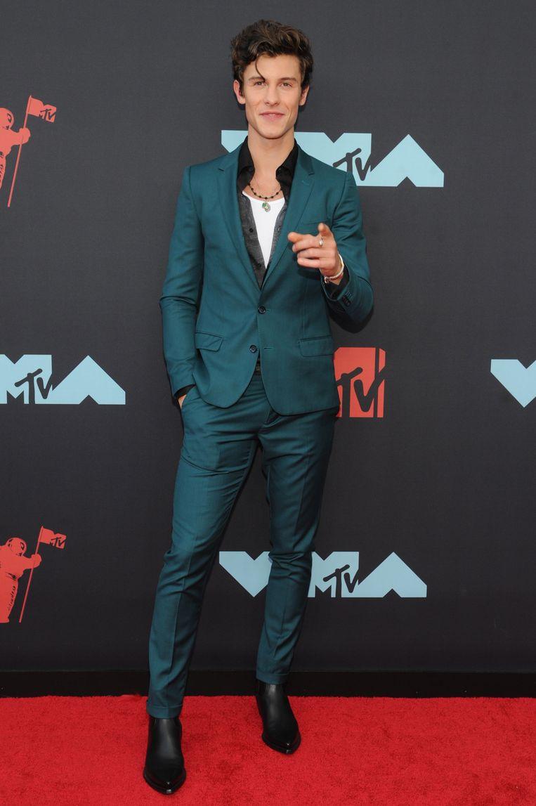 Niets mis met een man die strak in het pak steekt zoals zanger Shawn Mendes. Hij liet Camilla Cabello (met wie hij een song én een relatie heeft) thuis voor de officiële rode loper, al vergezelde ze hem achteraf wel in de persruimte na het ophalen van hun award.