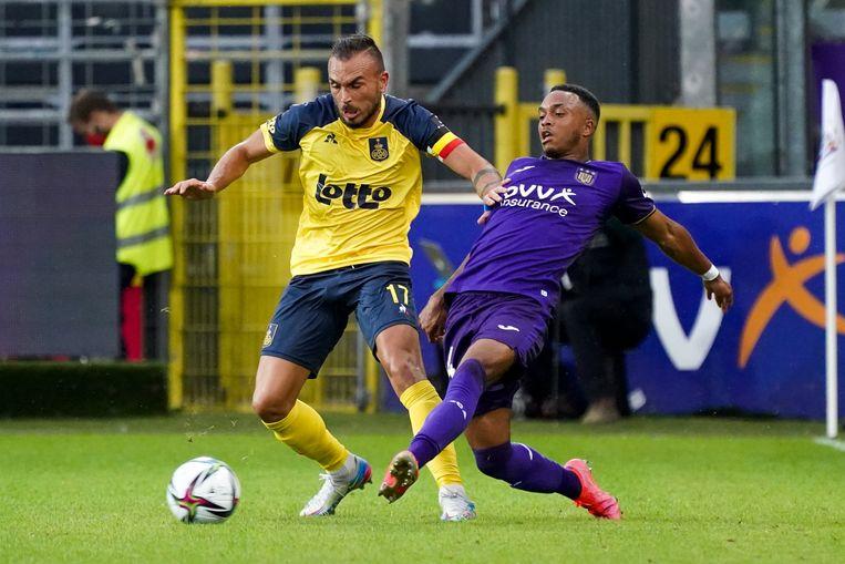 Union-kapitein Teddy Teuma houdt Isaac Kiese Thelin van Anderlecht van de bal op de eerste speeldag. Beeld Photo News