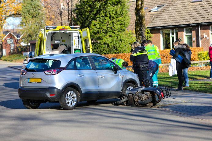 De scooter en auto hebben beide schade opgelopen.