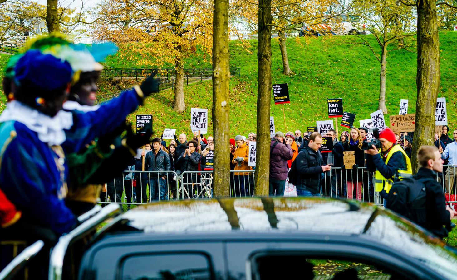 Tijdens de meest recente intocht van Sinterklaas in Nijmegen demonstreerden sympathisanten van actieclub Kick Out Zwarte Piet (KOZP) langs de route bij de Voerweg.