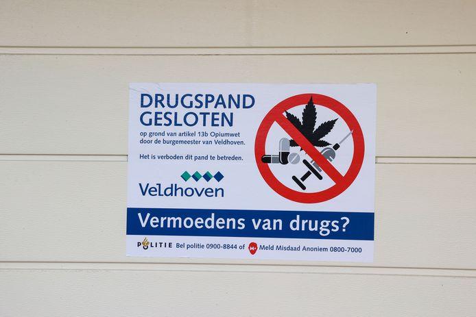 Op de garagedeur van het huis aan de Wezel hangt een affiche van de gemeente Veldhoven: het pand is voor vijf maanden gesloten.