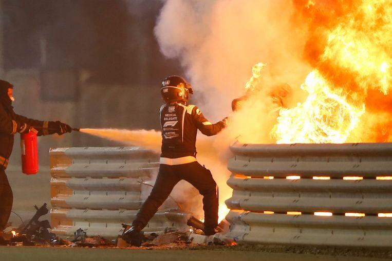 Medische staf in actie om Grosjean uit de vlammenzee te krijgen.  Beeld BSR Agency