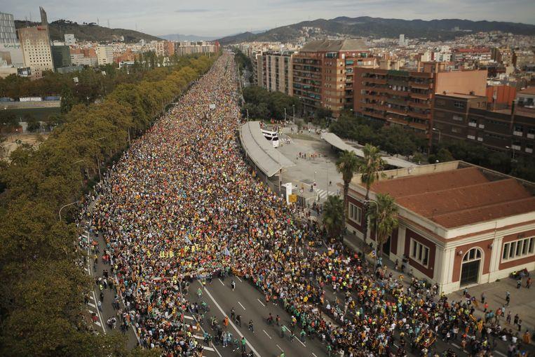 Protestanten stappen in groten getale de stad binnen.