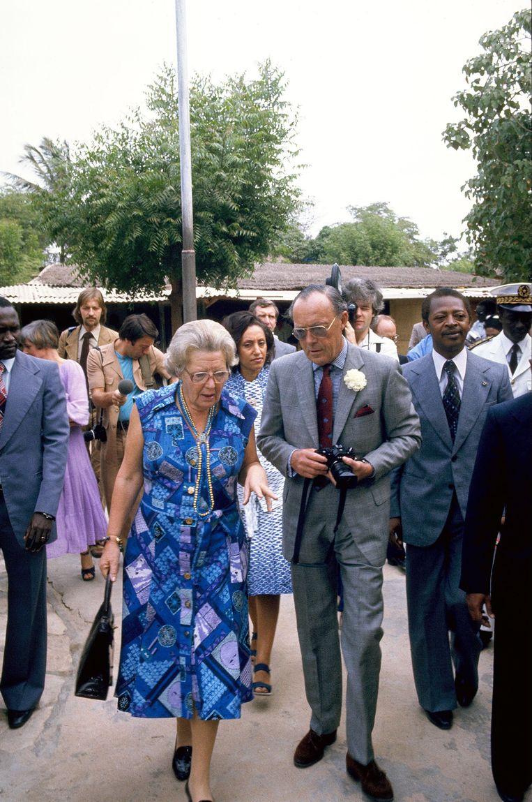 De toenmalige koningin Juliana en prins Bernhard in 1977 in Senegal. Beeld Hollandse Hoogte /  ANP