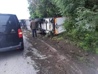 Vrachtwagen met voedingswaren kantelt langs N8: brandweer tot gat in de nacht bezig met lading te verwijderen