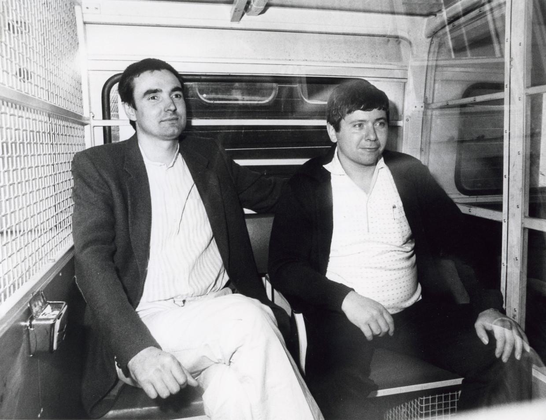 Heineken-ontvoerders Frans Meijer en Jan Boellaard in een arrestantenbusje bij het gerechtsgebouw. Beeld Hollandse Hoogte / Spaarnestad Photo