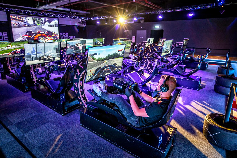 De zestig racesimulatoren in het Official F1 Racing Centre in Utrecht maken het mogelijk om drie Grand Prix-wedstrijden tegelijk te houden.  Beeld Raymond Rutting / de Volkskrant