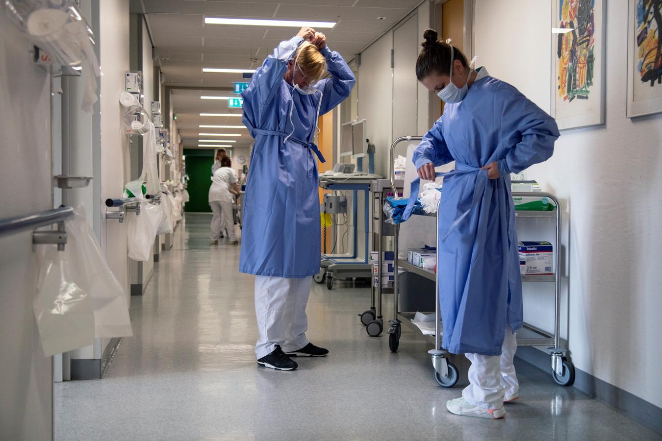 Verpleegkundigen van het CWZ trekken beschermende kleren aan.