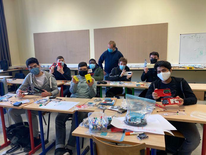 Leerlingen van het GO! KTA MoBi werken aan hun eigen luchtkwaliteitsmeter.