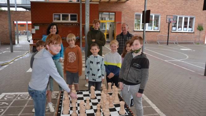 """""""Koningin van het haardvuur gered"""": Erik (70) maakt levensgroot schaakspel uit recuperatiehout voor De Palster"""