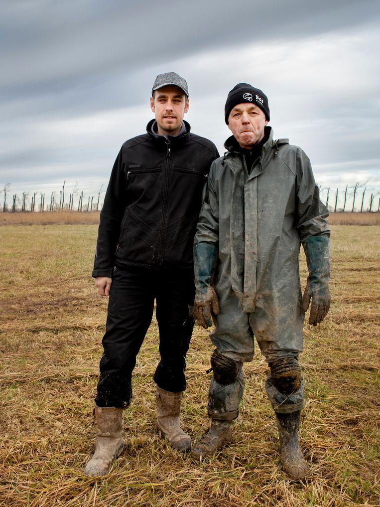 Dirk Bos en zijn vader Wim Bos planten met financiering van een dakdekkersbedrijf 10 hectare bos aan.  Beeld Pauline Niks