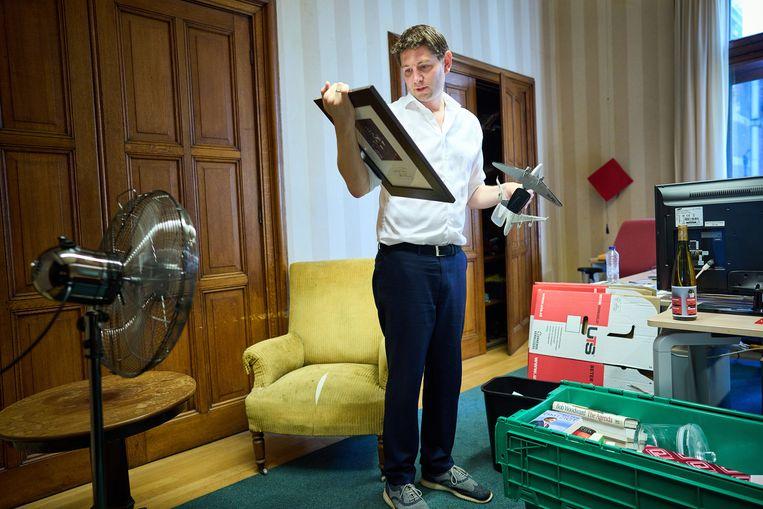 Tweede Kamerlid Jan Paternotte van D66 is bezig met uitzoeken van de spullen voor de verhuizing van de Tweede Kamer. De gele stoel is van de vroegere D66-voorman Hans van Mierlo geweest.  Beeld Phil Nijhuis